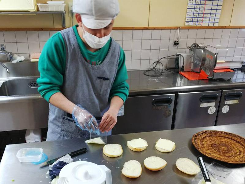 パン工場惣菜パン仕込中